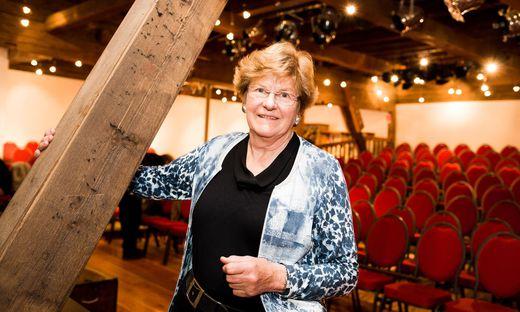 Elisabeth Sickl im Theaterraum des Schlosses