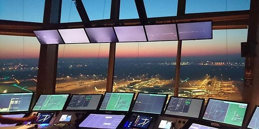 Schipol: Blick in Tower mit Frequentis-Technik