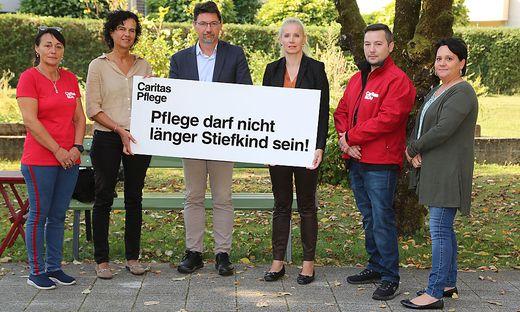 Die Verantwortlichen der Caritas Kärnten mit Direktor Sandriesser (Mitte)  zeigen den akuten Personalmangel auf