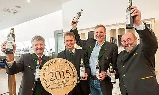 Kammerpräsident Franz Titschenbacher (2.v.l.) mit den Superstars der Kernölprämierung 2015: Friedrich Großschädl (l.), Guntram Hamlitsch (2.v.r.) und Paul Kiendler (r.)