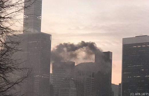 Trump Tower in New York brennt - Feuerwehr auf dem Dach