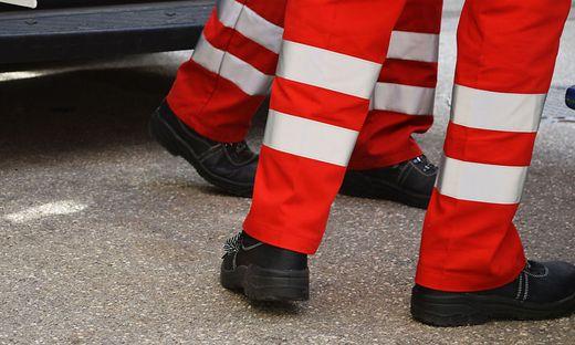 Eine 73-jährige Osttirolerin lag nach einem Sturz zweieinhalb Stunden lang auf einem Weg neben der Drau. Jugendliche retteten sie schließlich, die Rettung brachte sie ins Spital (Symbolfoto)