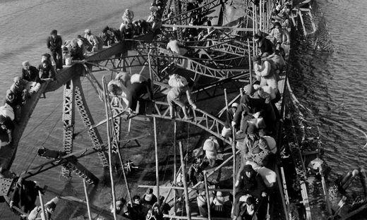 Das Foto zeigt einen Ausschnitt aus dem hochformatigen Bild von Max Desfor: Flüchtlinge während des Koreakrieges
