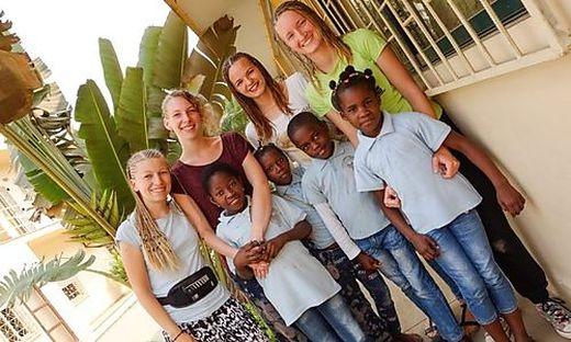 Katharina Gschwandner (Zweite von links) war einen Monat in Angola tätig
