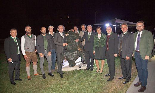 Vertreter aus Politik und Wirtschaft vor dem neuen Wahrzeichen des Steiermarkhofs