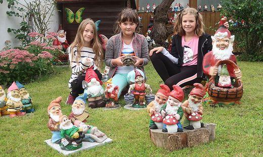 Lena, Simone und Amelie haben wie ihr Opa Bäcker Walter Friedrich ein Herz für Gartenzwerge