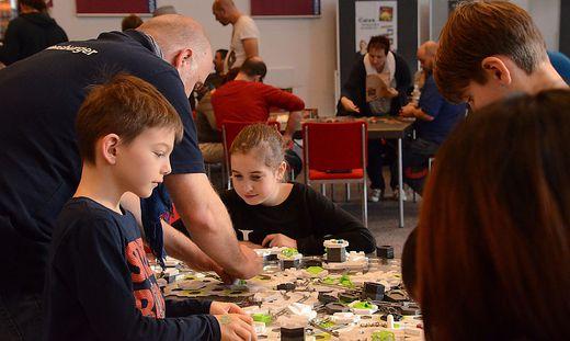 Auf zahlreichen Tischen können in kleinen oder größeren Gruppen die neuesten Brettspiele für alle Altersklassen ausprobiert werden