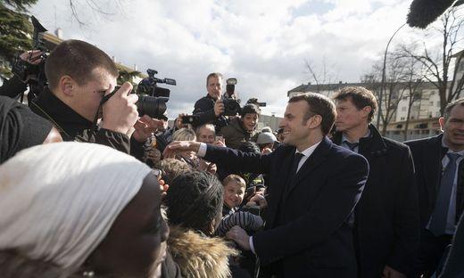 Bei seinem Bad in der Menge in Bourtzwiller ahnt Präsident Emmanuel Macron nicht, dass sich wenige Meter entfernt das Virus auszubreiten beginnt