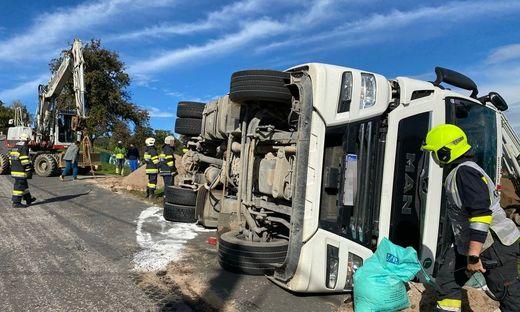 Die Feuerwehr barg den Lkw mittels dreier Seilwinden