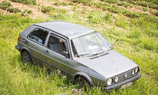 Tagelang stand dieser VW Golf in Pitzelstätten neben der Straße. Jetzt liegt das Fahrzeug komplett demoliert neben dem Erdbeerfeld