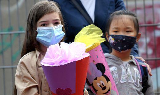 Mit Schultüte und Mund-Nasen-Schutz geht es ab Montag in die Schule