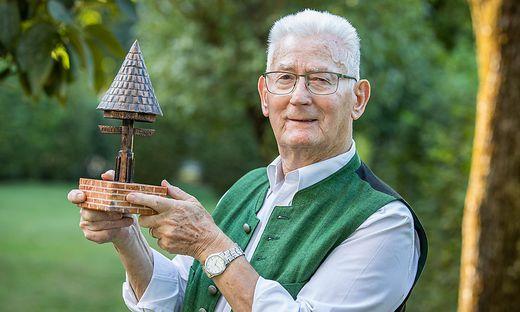 Janz mit einer Miniatur des Marterl, das auf dem Dreiländereck steht
