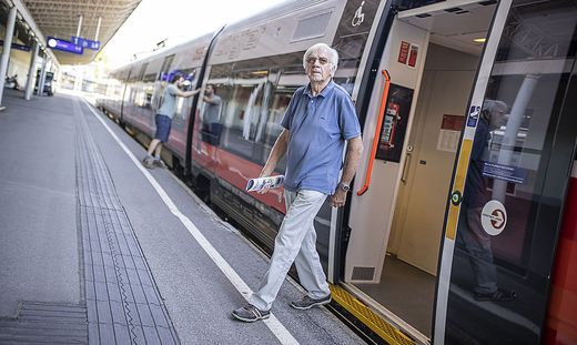 Richard Hunacek am Hauptbahnhof in Villach: Er reist seit Jahrzehnten ausschließlich mit öffentlichen Verkehrsmitteln