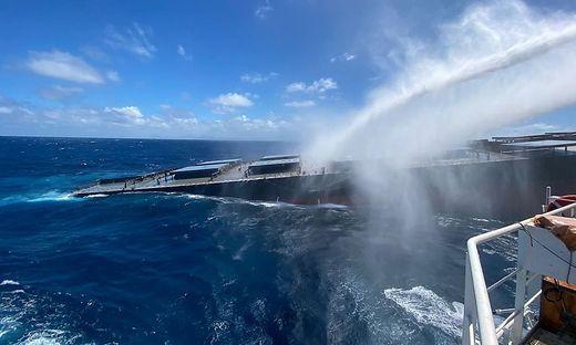 Zwei Schleppschiffe hatten am Donnerstag damit begonnen, das größere Wrackteil, zu dem Bug und Schiffsrumpf gehören, aufs offene Meer zu bringen