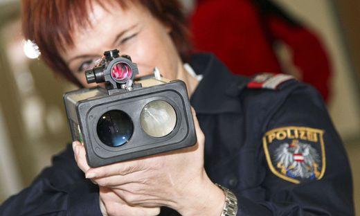Geschwindigkeit Geschwindigkeitsmessung Laser Laserpistole Radar Radarmessung Polizei schnell schnellfahren Raser Autobahn Kontrolle Polizeikontrolle Geschwindigkeitskontrolle Tempo Autoraser