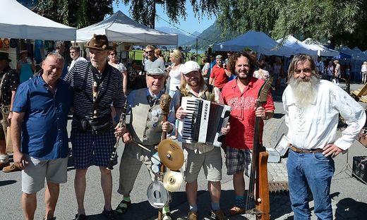 """Neben Kunst darf auch Musik nicht fehlen – Lenoble (rechts im Bild) mit der Musikgruppe """"Moltovidlo"""" aus Prag"""