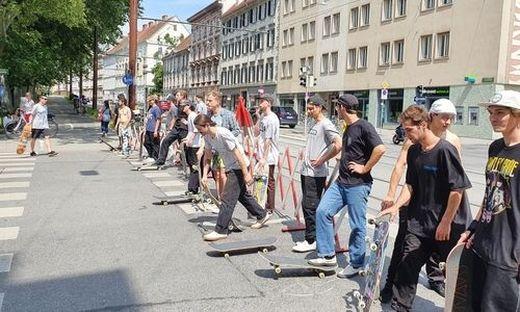 Skater rollten durch Graz, um gegen jüngste Verbote zu demonstrieren