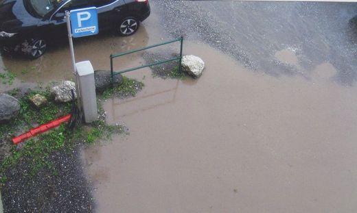 """""""Parken in Judenburg - natürlich gebührenpflichtig"""", wundert sich ein Leser über den Zustand des Parkplatzes"""