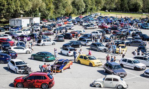 Der Arneitz-Parkplatz am Faaker See ist der bestbesuchte Hotsppot des GTI-Nachtreffens