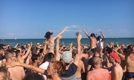 Lignano Pfingstwochenende Exzess Alkohol Party Sujetfoto Sujet Adria Italien Urlaub Ferien