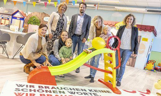 Von links: Dunja Abuja, Betriebsratsvorsitzende des Kindernestes, Silvia Igumnov, AVS-Betriebsrätin, Ralph Sternjak und Jutta Brandhuber (GPA). In der Mitte: Mütter und Kinder, die zufällig im Nimmerland-Kaffeehaus waren