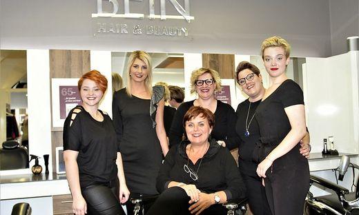 Barbara Bein mit einem Teil ihres Teams im Friseurgeschäft