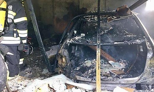 Die Garage wurde völlig zerstört, das Wohnhaus stark in Mitleidenschaft gezogen