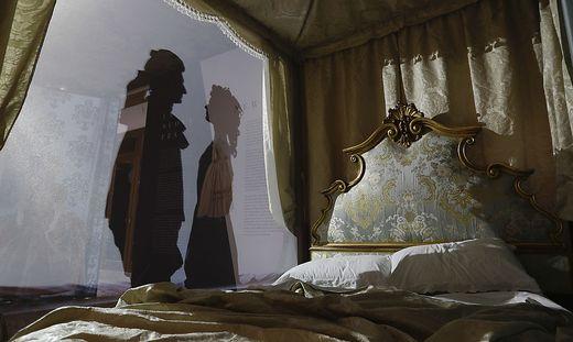 Neben der Virtual Reality Show lockt Casanova auch iun Schattenspielen in sein Bett