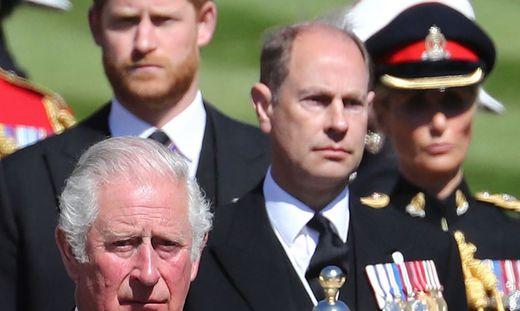 Prinz Charles (unten links) und sein Sohn Harry (oben links)