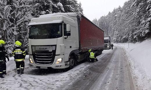 Bei Schneefahrbahn steht das Abschleppen von Lkw für die Kameraden der Feuerwehren auf der Tagesordnung