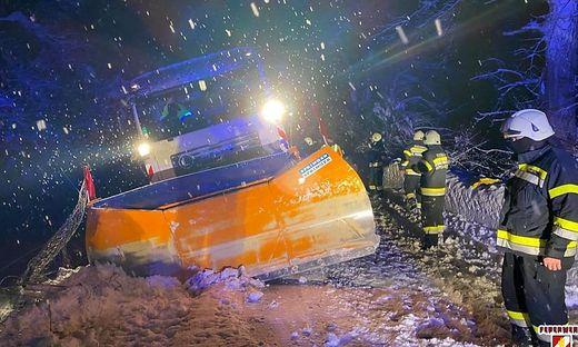 Die Freiwilligen Feuerwehren mussten in Schüttbach einen Schneepflug bergen