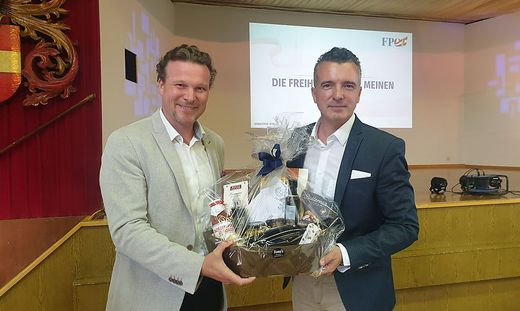 Der neue Stadtparteiobmann Gernot Darmann bedankt sich bei seinem Vorgänger Wolfgang Germ.