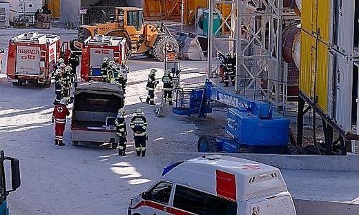 Um für diese außergewöhnliche Rettungssituation Routine zu erlangen, übten Feuerwehr, Rettung, Polizei, Baufirma und ÖBB-Infrastruktur das Zusammenspiel