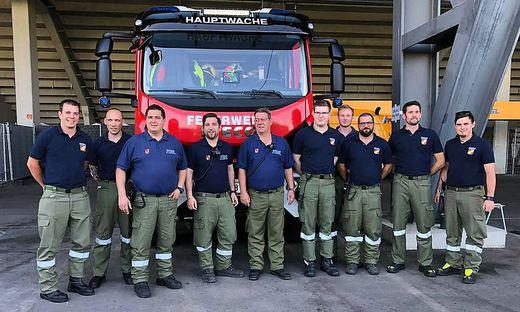 Kärntens Paraskifahrer Markus Salcher (ganz links) absolvierte seinen ersten Einsatz bei der freiwilligen Feuerwehr - und das gleich bei einem Spektakel
