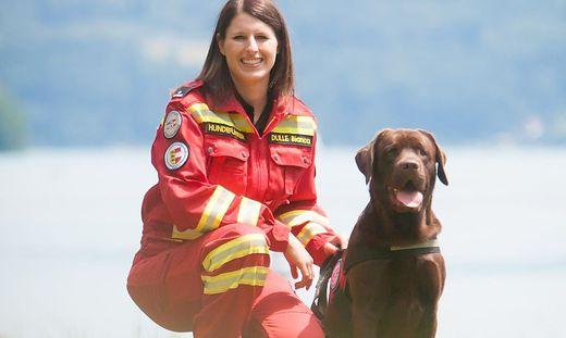 Bianca Dulle aus Feldkirchen und Labrador Henry suchen nach Vermissten
