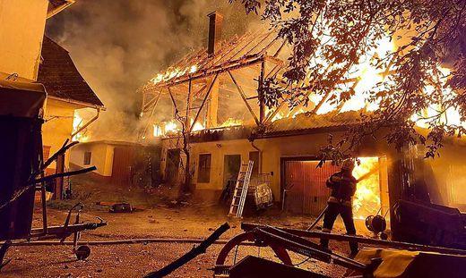 Der Stall brannte völlig nieder