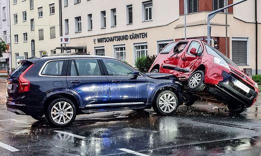 In der Bahnhofstraße in Klagenfurt ereignete sich in den frühen Morgenstunden ein spektakulärer Unfall