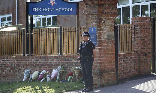 Blumen vor der Holt School in Wokingham: Unter anderem tötete der Libyer im Park von Reading auch einen Lehrer