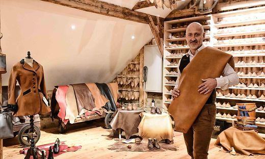 Ernst Knapp in seinem neuen Atelier, wo rund 2000 Lederteile lagern