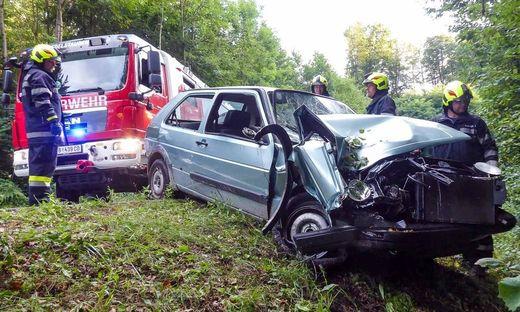 Die Feuerwehr Edelstauden barg das Unfallfahrzeug
