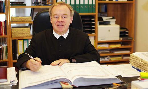 Pater Superior Michael Staberl mit dem Wallfahrtskalender