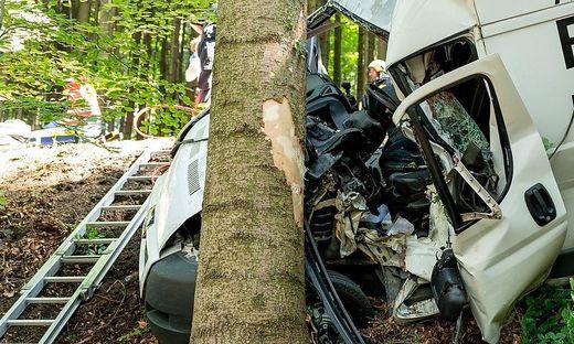 31-jähriger Lenker verletzt sich bei Autounfall im Wald schwer.