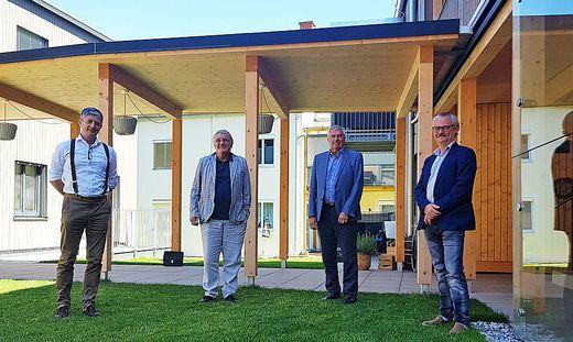 Fritz Pichler, Werner Nussmüller, Wolfram Sacherer und Rainer Rosegger im Innenhof des neuen Hauses