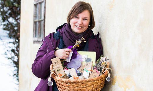 Anita Arneitz mit einer Auswahl ihrer Produkte.