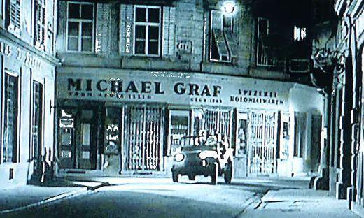 Die vier im Jeep fuhren in Wahrheit beim Filmdreh nicht durch Wien, sondern die Grazer Stempfergasse.