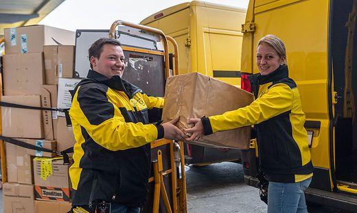 Zusteller Thomas Lex und Claudia Hammer