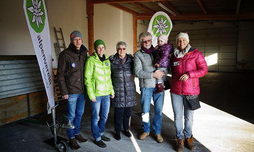 Alpenvereinsteam: Stefan Bicherl, Sophie Staudinger mit Tochter Lea, Obfrau Margit Gruber, Karl Eichner und Alexandra Wogg