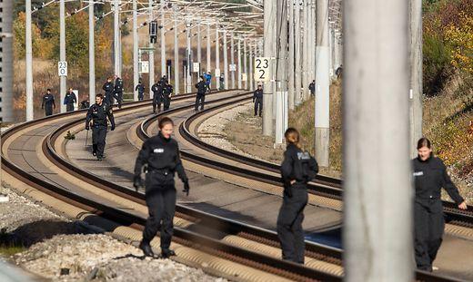 Polizisten, als sie im oetzten Oktober die betroffene ICE-Strecke zwischen Nürnberg und München sicherten