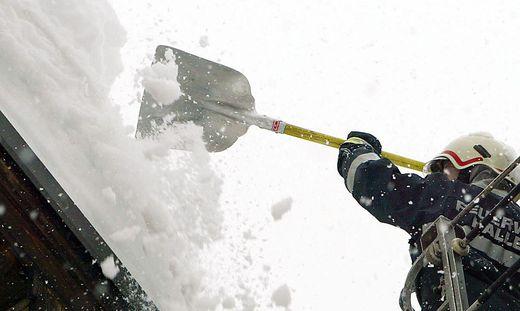 Durch große Schneelast sind Dächer einsturzgefährdet (Symbolfoto)