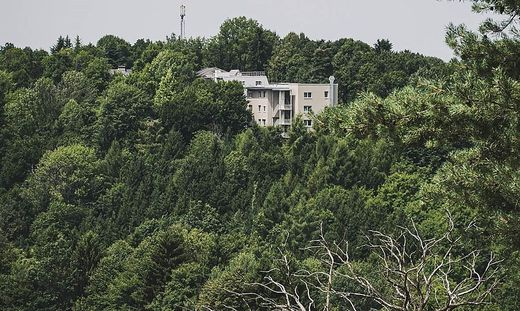Das ehemalige Fabrikgebäude der Firma Neuroth wurde zum Pflegezentrum umgebaut